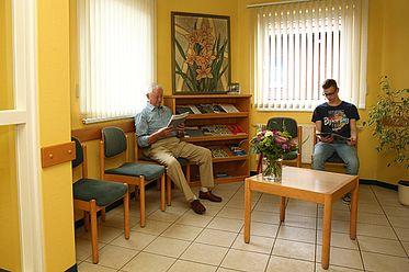 Das Wartezimmer bietet aktuelle Magazine und eine Kinderspielecke.
